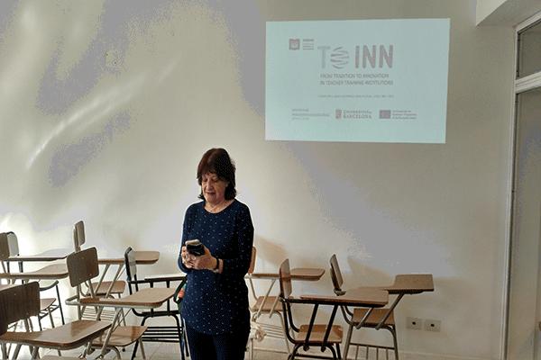 La Dra. Mónica Pini prepara la formación docente en su universidad, la UNSAM Argentina.